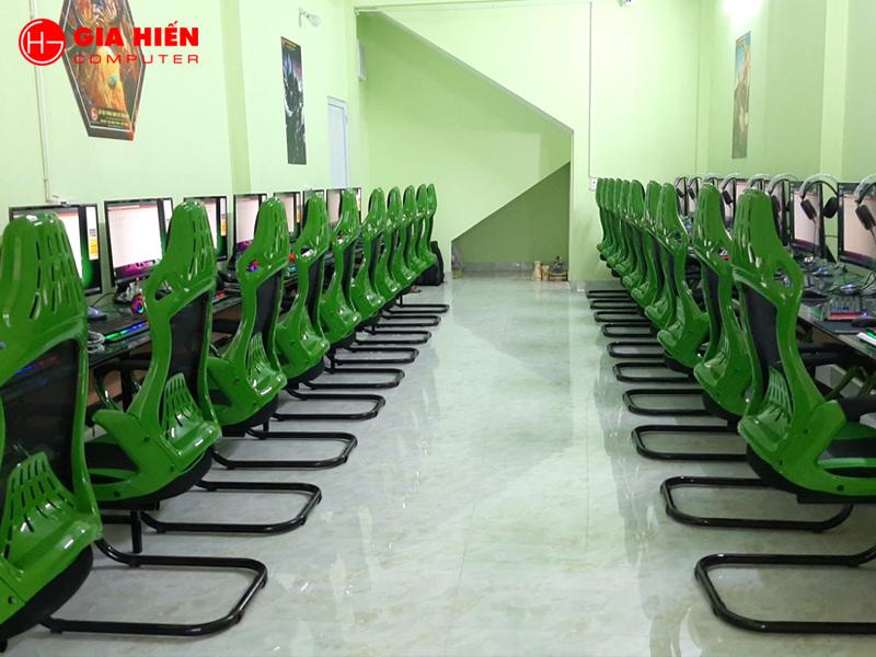 Net Pro được lấy tông màu xanh chủ đạo từ bàn ghế cho đến màu sơn.