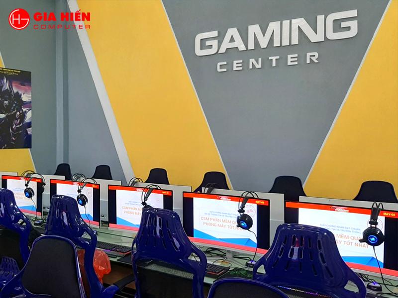 Phòng game nổi bật với logo GAMING CENTER.