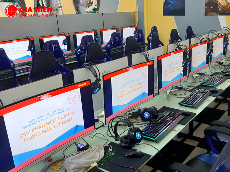 Phòng game sử dụng hệ thống phím, chuột, tai nghe chuyên game.